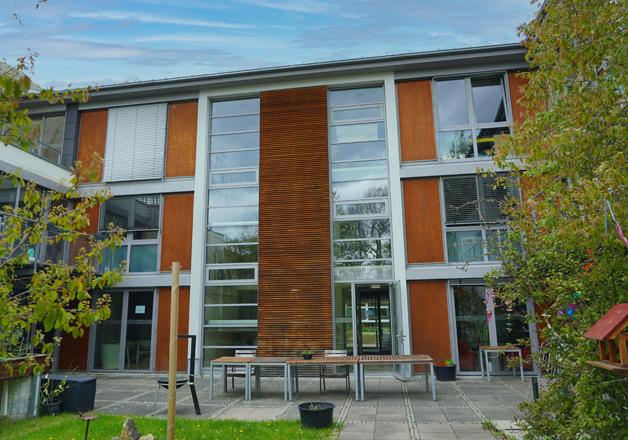 Das Gebäude der Wohnstätte 10 ist modern und offen gestaltet. Bodentiefe Fenster lassen viel Licht in die Wohnräume.