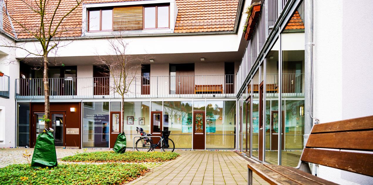 Das Gebäude des Haus am Bache ist ein moderner Dreiseitenhof.