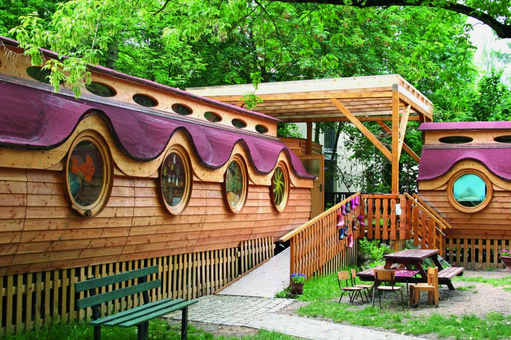 Naturwagen aus Holz der Kita Schmetterling in Grüner Umgebung.